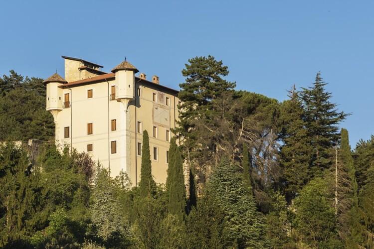 Castello Dragonetti de Torres dal paese